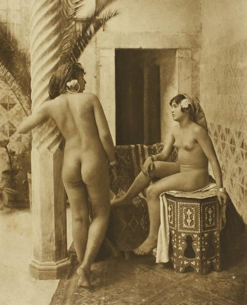 vin Lehnert_et_Landrock_-_Amis_sur_la_terrasse,_Tunis_vers_1906